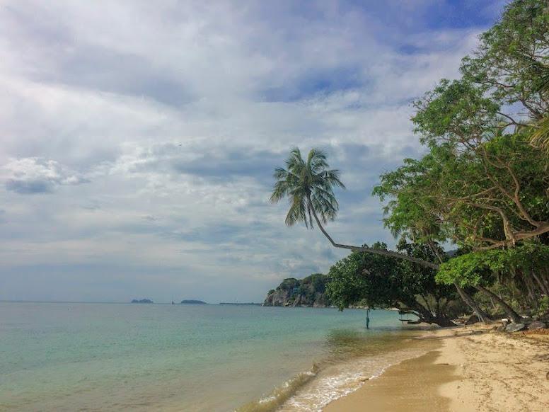 החוף של הסארי קנטנג (sarikantang) בהאדרין. מלון מומלץ בקופנגן, תאילנד