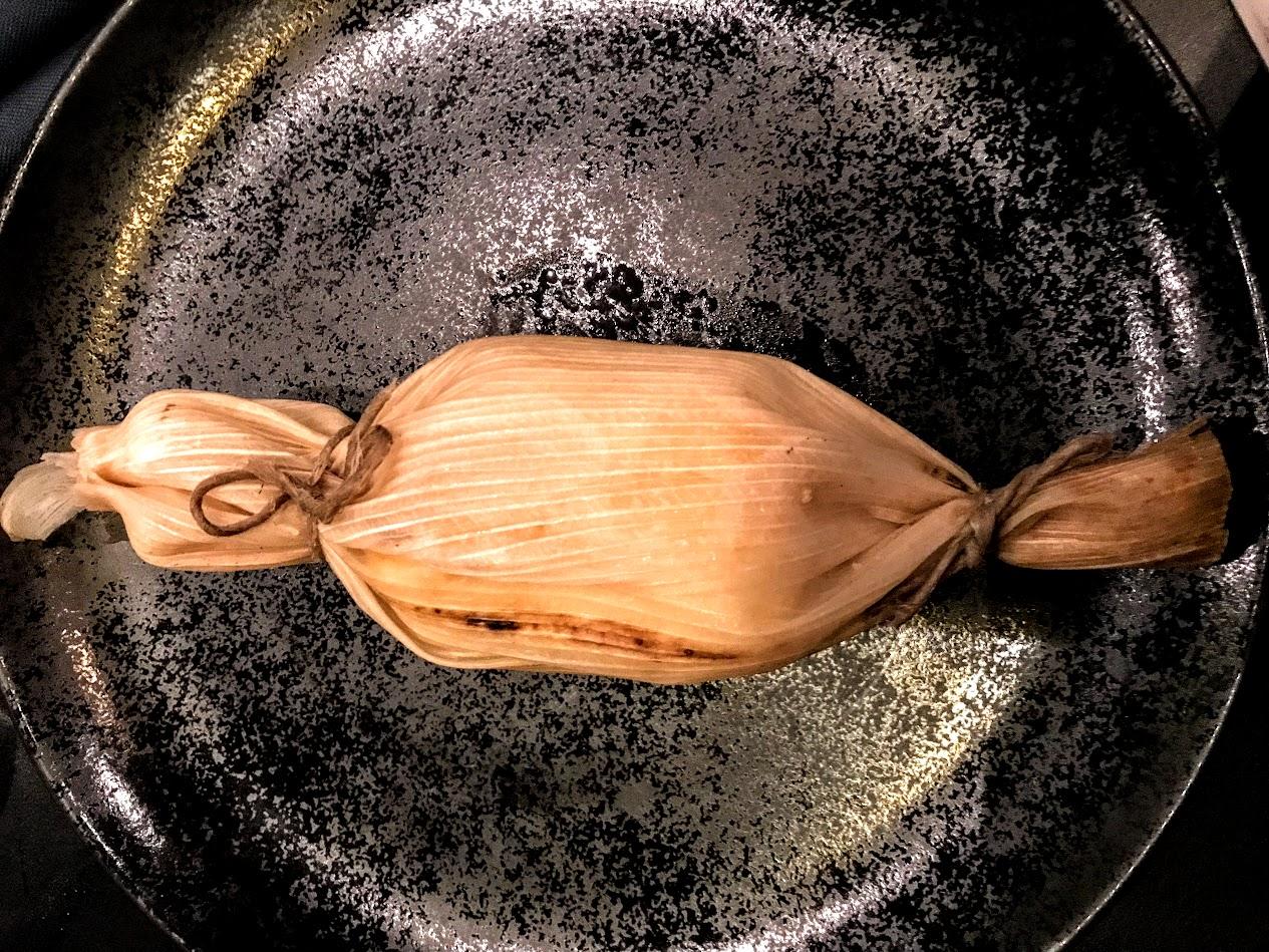 טאמאלס במילוי של קמח תירס, גבינות וכרישה קונפי, במסעדת SELLAS. מתוך ארוחת קונספט של השף אור גינסברג בהשראת סיפור ההישרדות של יוסי גינסברג באמזונס, בסמוך לנהר הטואיצ'י