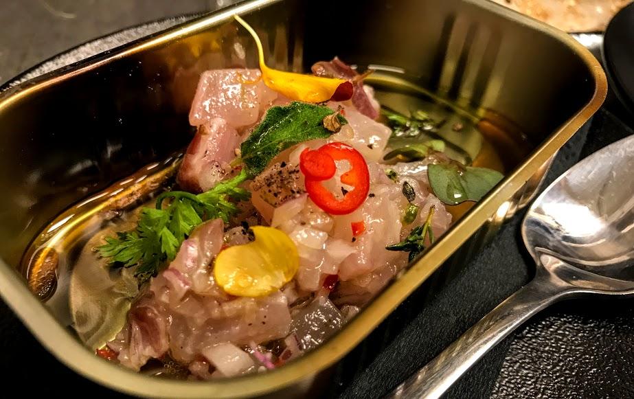 סביצ'ה בתיבול דרום אמריקאי מסורתי, במסעדת SELLAS. מתוך ארוחת קונספט של השף אור גינסברג בהשראת סיפור ההישרדות של יוסי גינסברג באמזונס, בסמוך לנהר הטואיצ'י