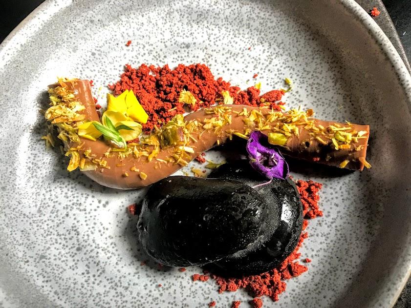נמסיס שוקולד עם אבני מוס אכילות, קראמבל אדמה וצ'יפס לואיזה, במסעדת SELLAS. מתוך ארוחת קונספט של השף אור גינסברג בהשראת סיפור ההישרדות של יוסי גינסברג באמזונס, בסמוך לנהר הטואיצ'י