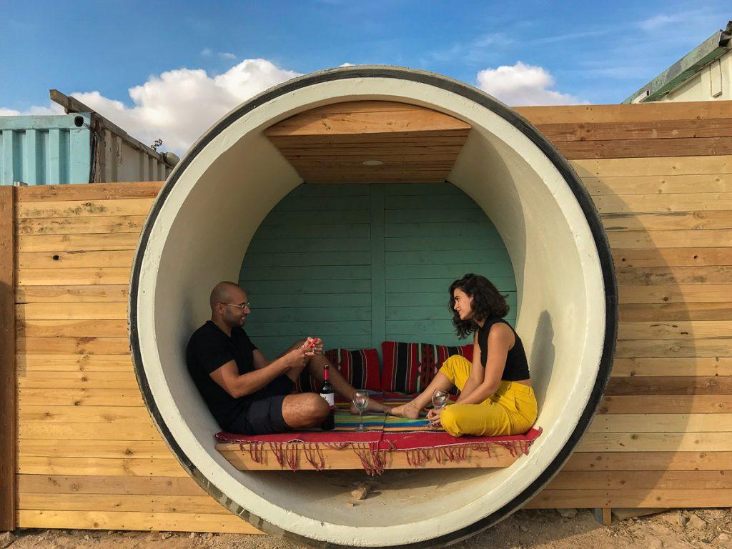 """מתחם הצינרים """"צוותא Tube Hostel"""" בחוות נאות שברמת הנגב. החווה הוקמה על ידי גדי ולאה נחימוב, משלבת אירוח של צינרים (לינה בצינורות בטון), סיורים וגבינות"""