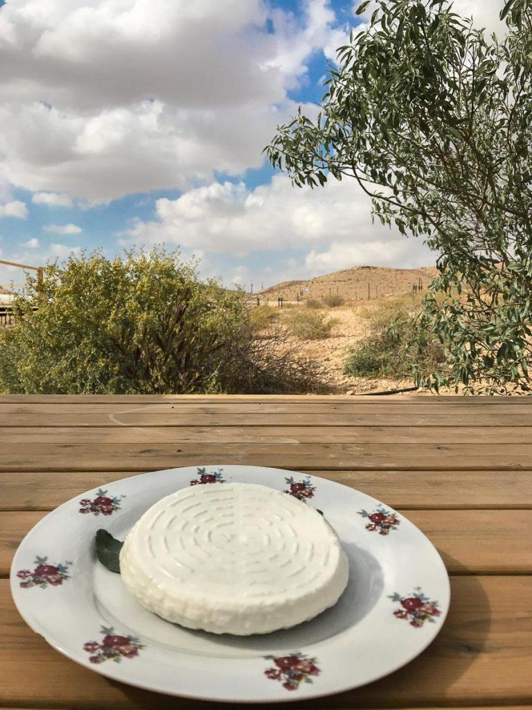 גבינה צפתית מוגשת בחוות נאות שברמת הנגב. החווה הוקמה על ידי גדי ולאה נחימוב, משלבת אירוח בצינרים (לינה בצינורות בטון), צימרים, סיורים וגבינות