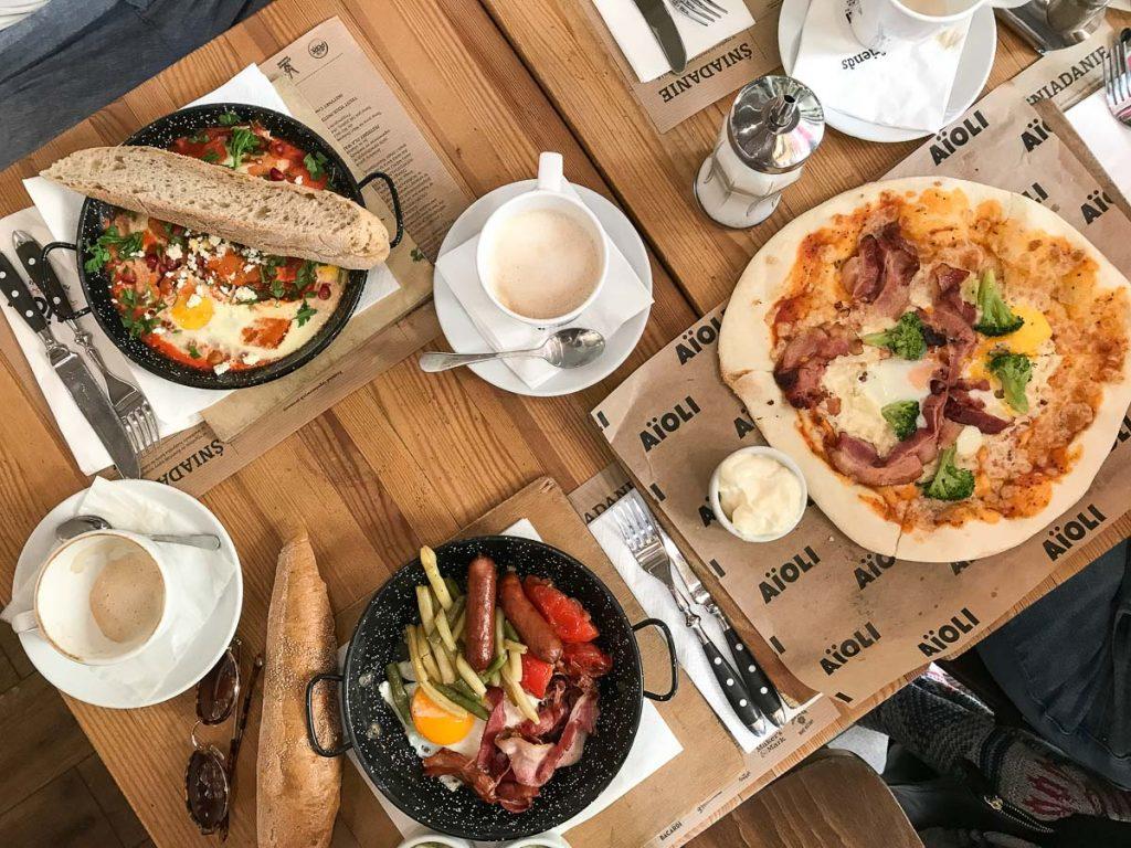 ארוחת בוקר בבית קפה-AIOLI, בורשה. תחילתו של טיול קולינארי בבירת פולין.