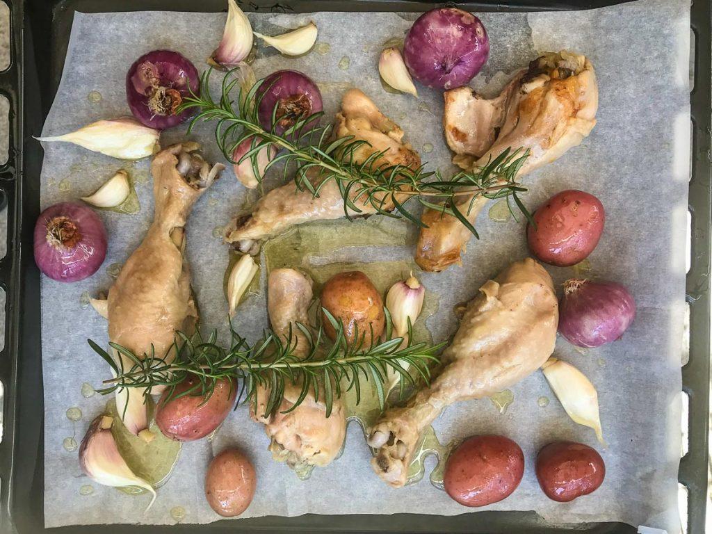 עוף קונפי בשמן זית של פתורה בוטיק משפחתי, מעשה ידי הבשלנים והמארחים מיה ויונתן