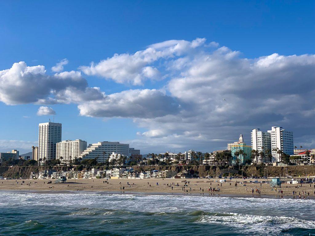 הנוף ממזח סנטה מוניקה. מתוך טיול בלוס אנג'לס: מה עושים, איפה ישנים ואיזה מקומות אסור לפספס בעיר המלאכים