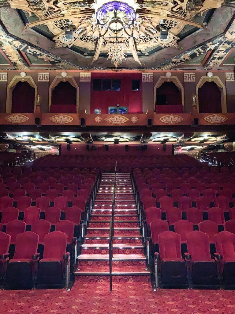 פנים התיאטרון הסיני. מתוך טיול בלוס אנג'לס: מה עושים, איפה ישנים ואיזה מקומות אסור לפספס בעיר המלאכים