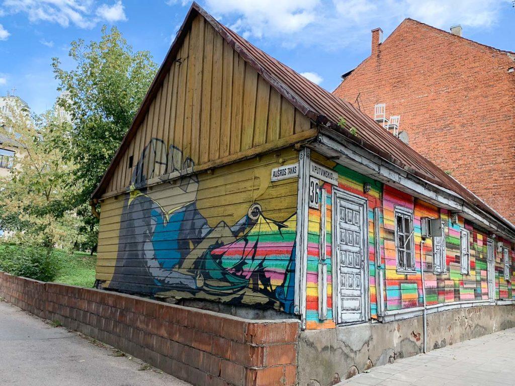 """קובנה: העיר הגי מגניבה בליטא. מה עושים ואיפה אוכלים במהלך סופ""""ש חופשה בעיר המזרח אירופאית. בתמונה: אמנות רחוב בקובנה"""